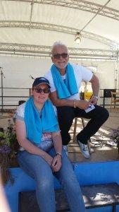 Nino de Angelo und ich sitzen nach dem Konzert am Bühnenrand beide mit Türkisfarbenen Handtuch