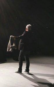 Nino de Angelo auf der Bühne, von hinten zu sehen.
